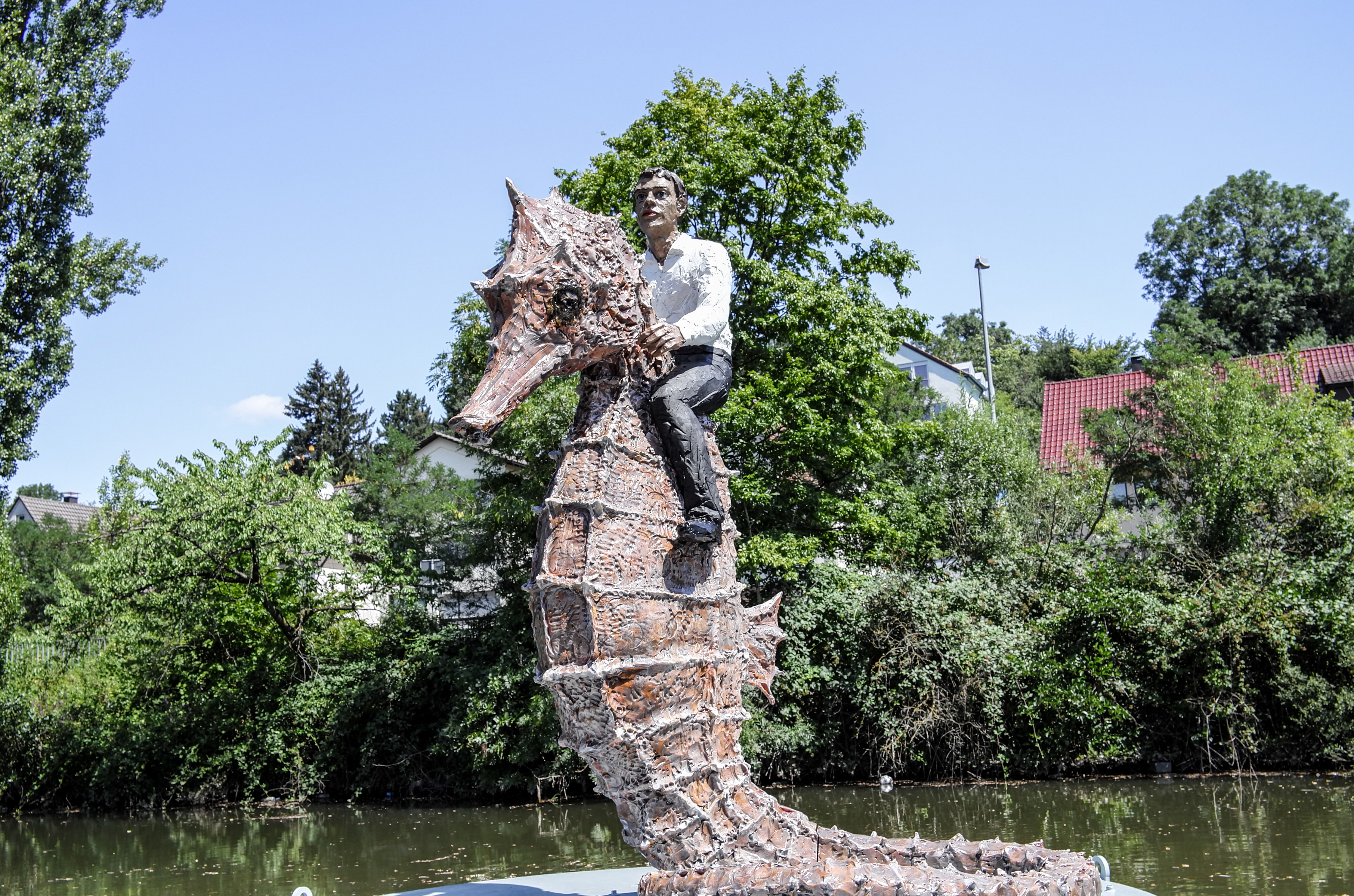 Stephan Balkenhol's piece of art is now where it belongs: on the river Rems in Waiblingen.