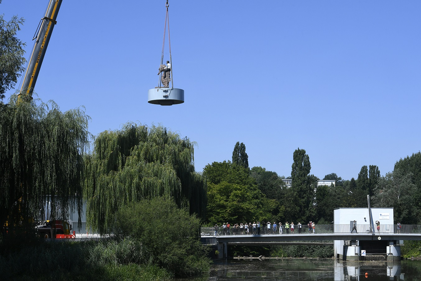 Stephan Balkenhol's piece of art - more than four metres in hight - is being lifted to it's place on the river Rems in Waiblingen.