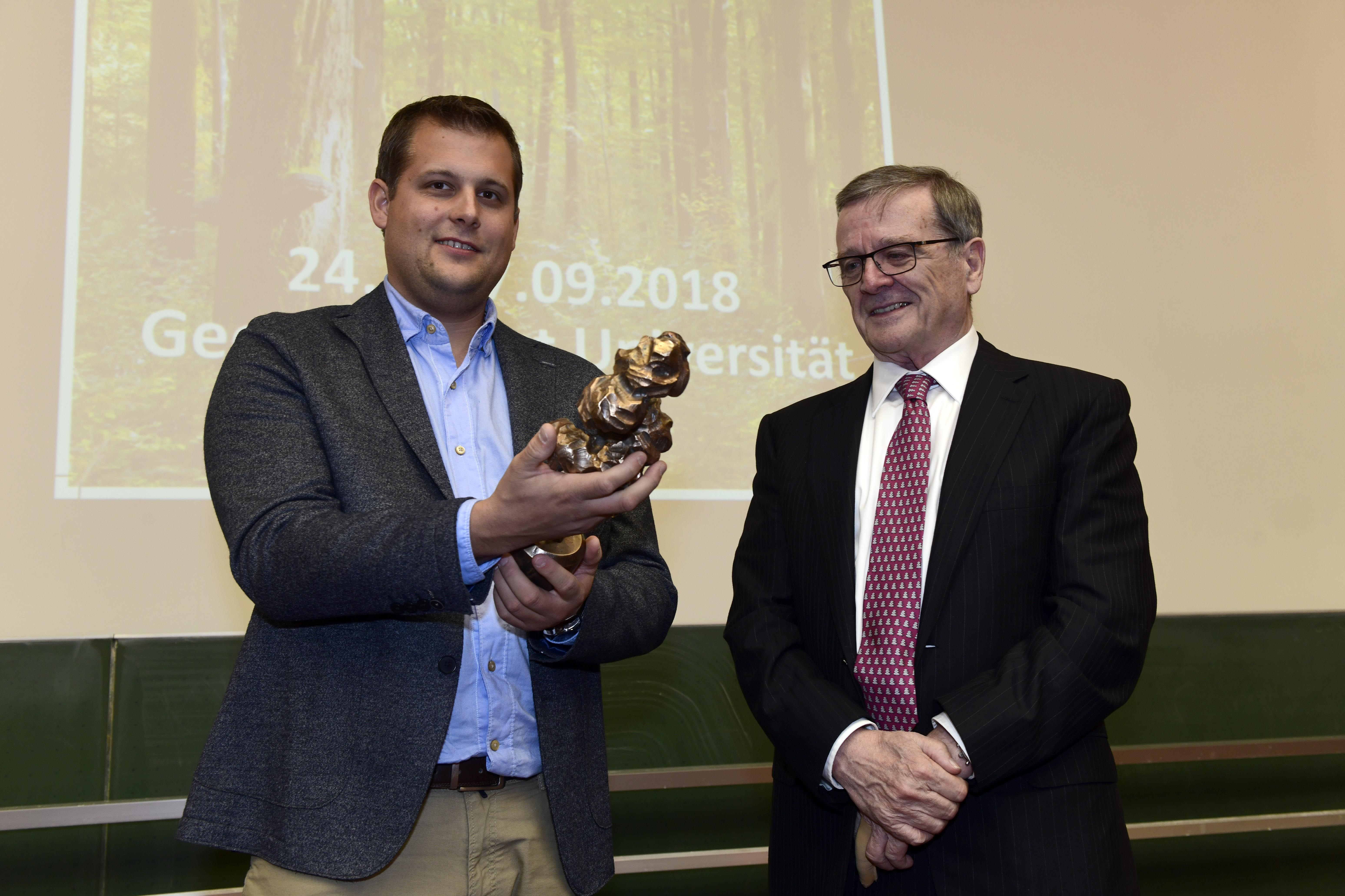 Dr. Dominik Seidel receives the first German Forest Prize Trophy from Robert Mayr.