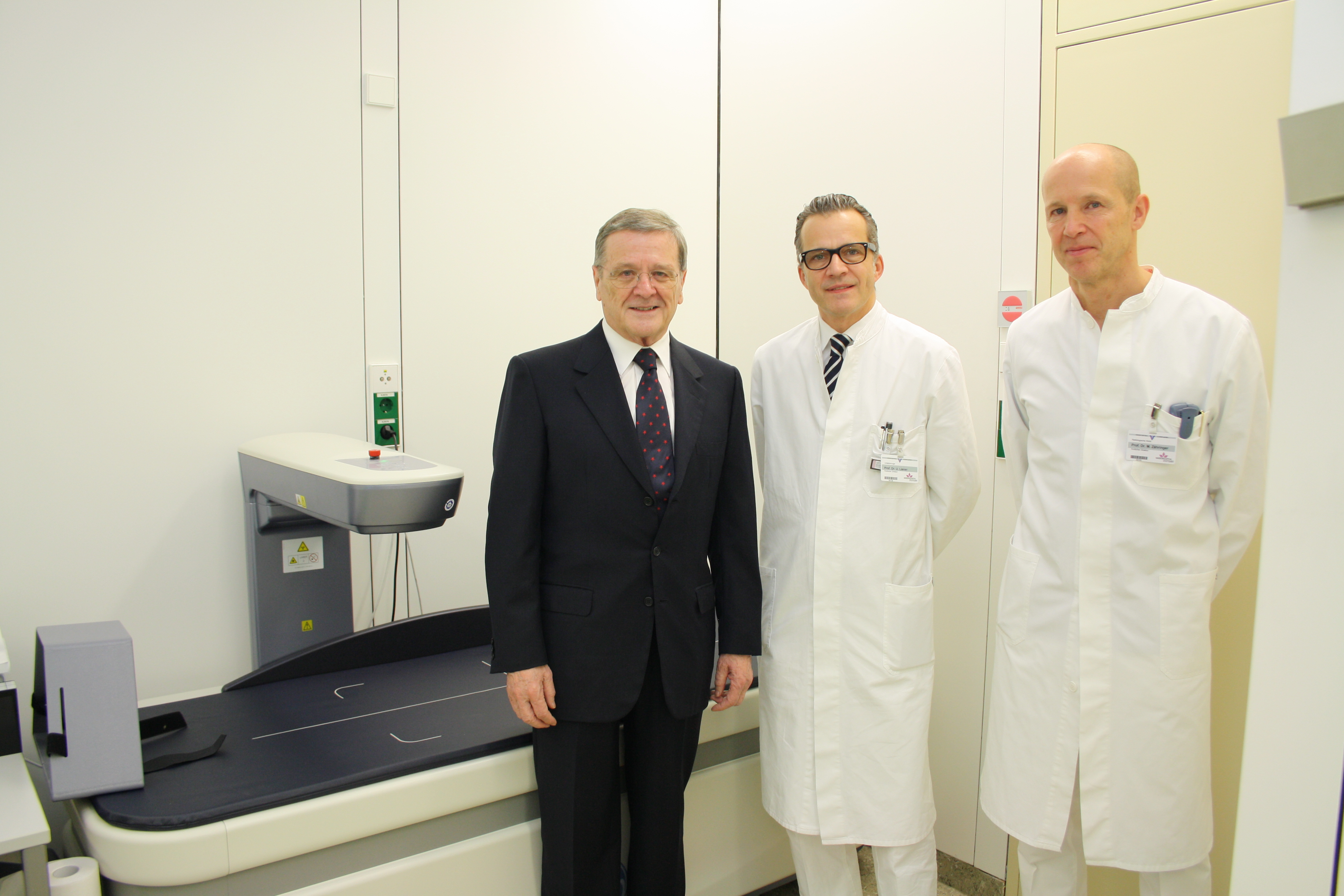 Robert Mayr, Foundation board member of the Eva Mayr-Stihl Foundation, presents Prof. Dr. med. Ulrich Liener and Prof. Dr. med. Markus Zähringer with the new Dual X-Ray Absorptiometry (DXA).